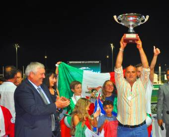 L'Italia con il trofeo World Summer Cup Junior di pony trotto